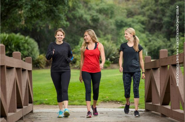 Bijkleuren, kletsen en sporten: powerwalken is het nieuwe joggen